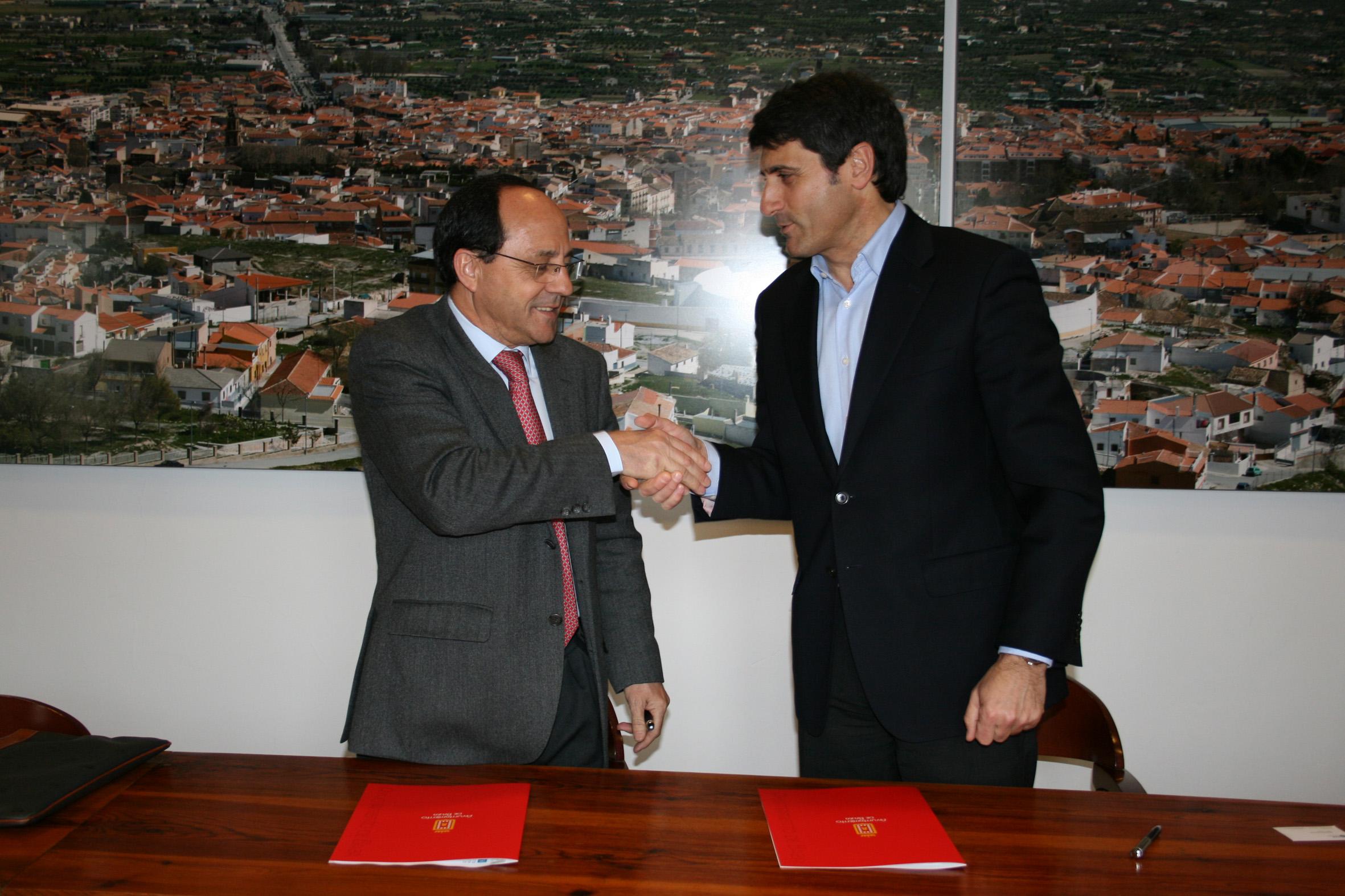 En 2011 Red Eléctrica anunció en Baza la inmediata construcción de la línea de 400kV