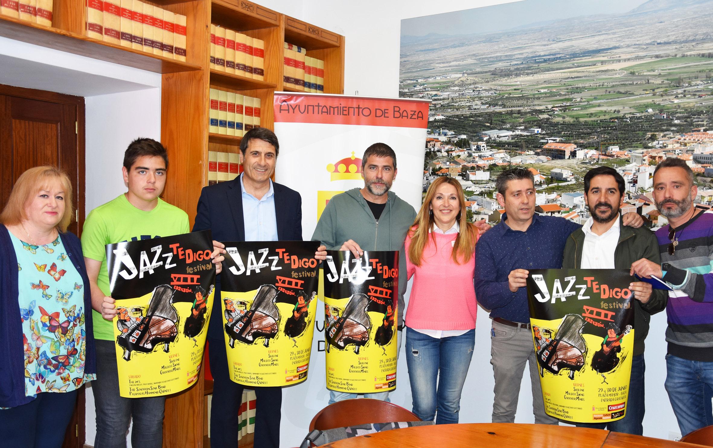 Organizadores y ganador del concurso de cartel