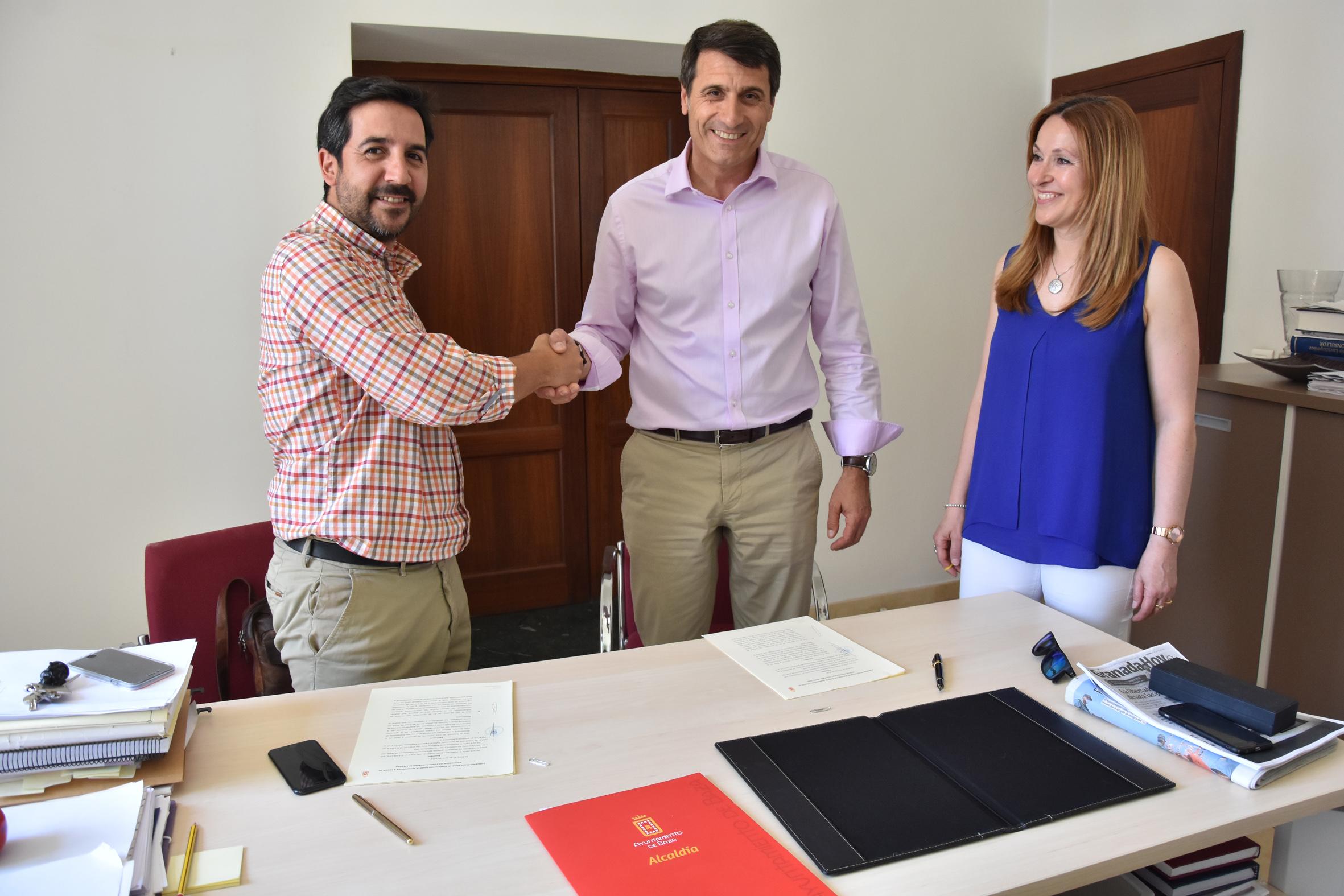 firma convenio Ayuntamiento y asociación Algarada Bastetana