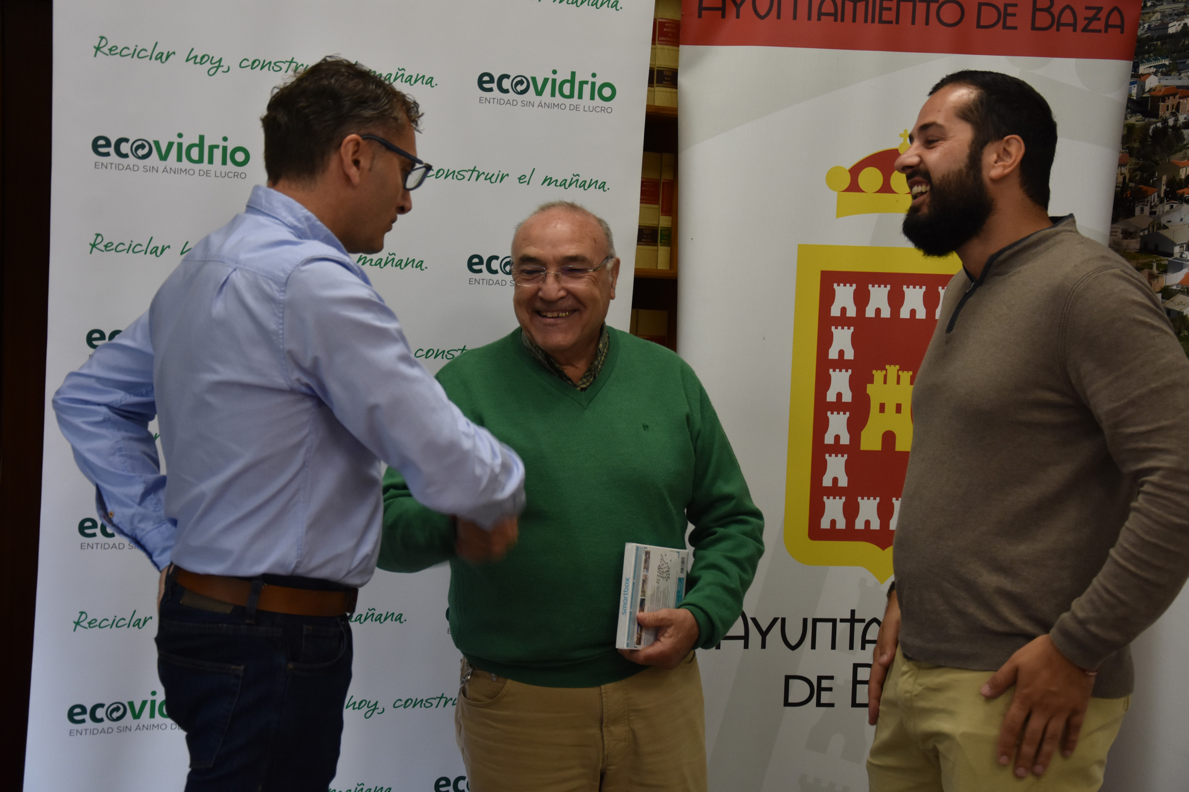 Pepe el Curva recibe su premio por reciclar