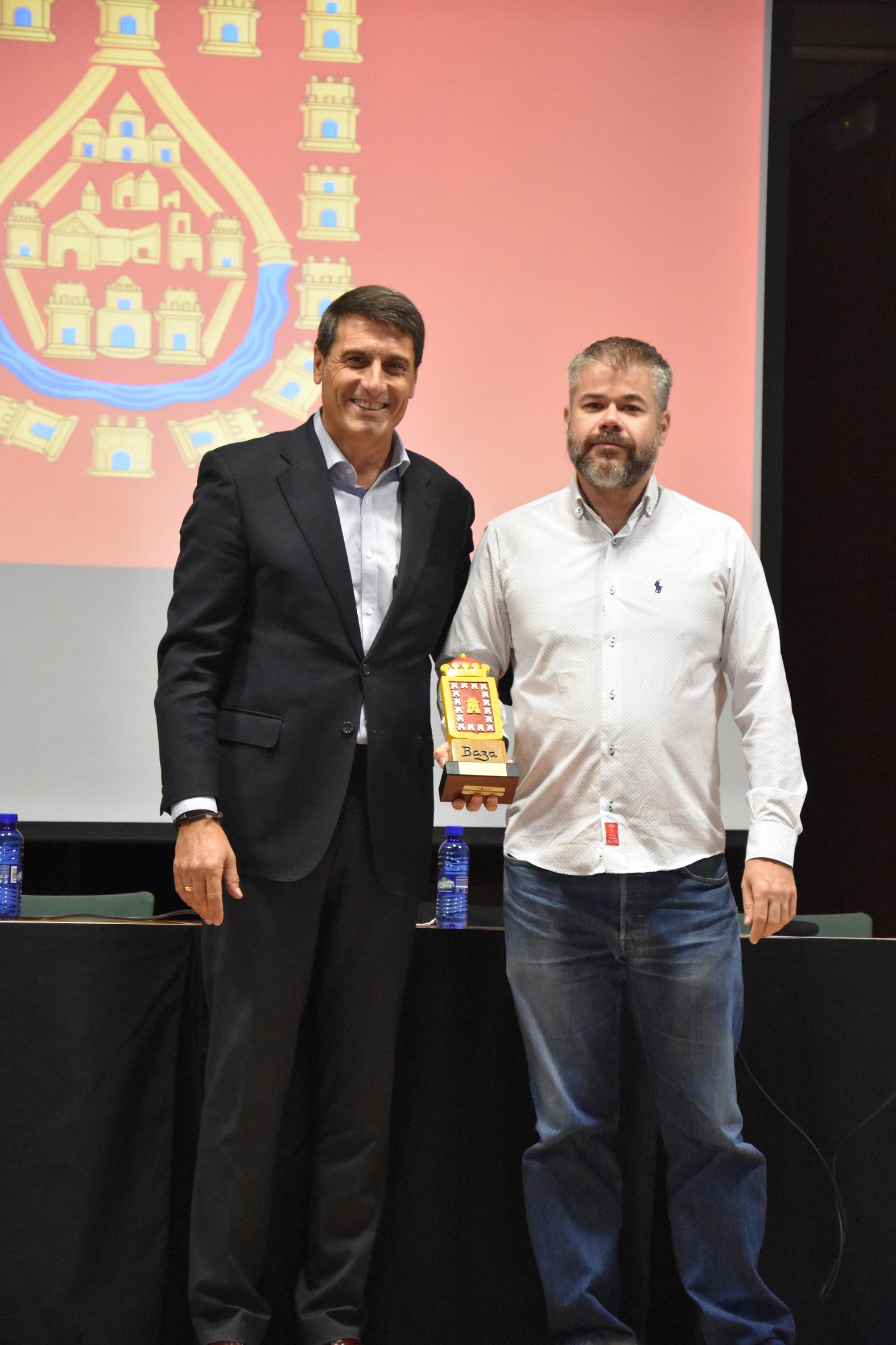 El ponente Sergio Ros y el alcalde de Baza, Pedro Fernández.