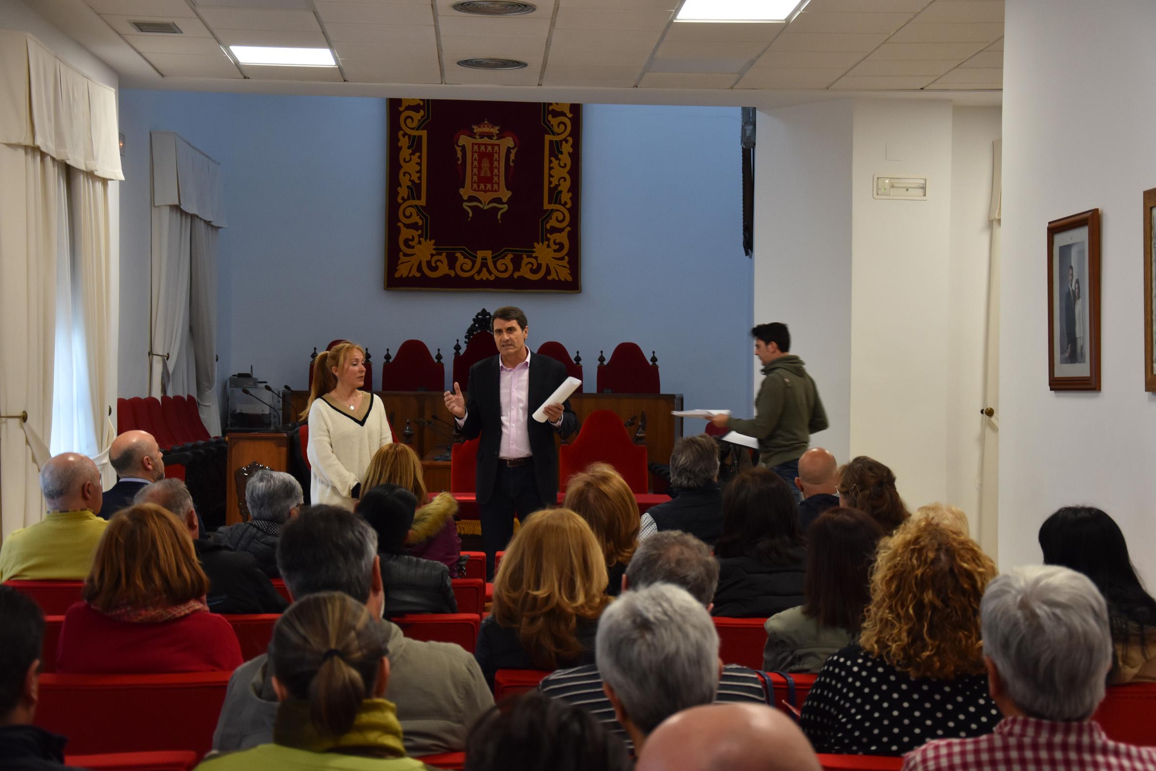 El alcalde de Baza, Pedro Fernández, en una reunión con colectivos culturales