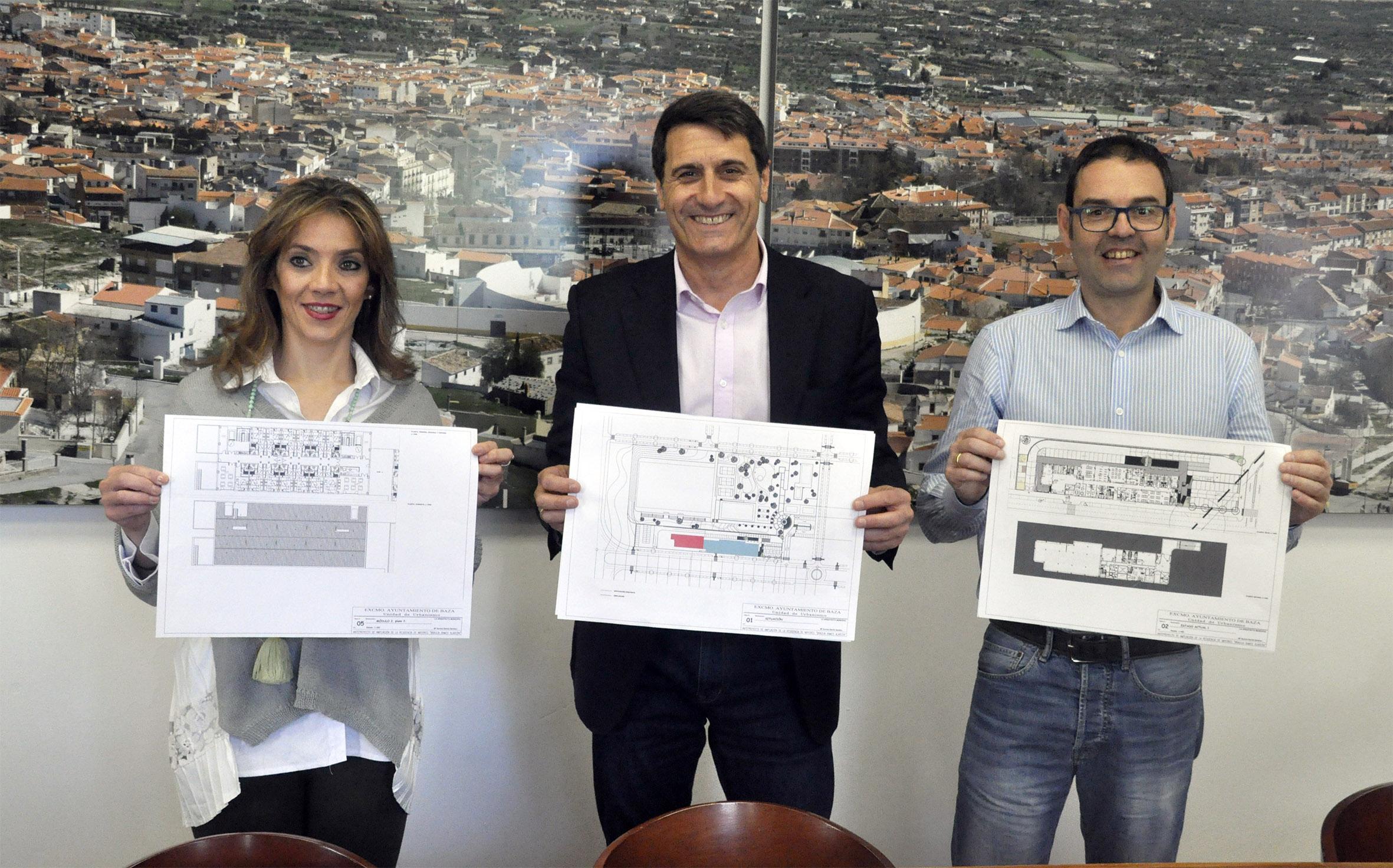 Pedro Fernández, alcalde de Baza, Mariana Palma, concejala de Bienestar y Alfredo Alles,concejal de Contratación