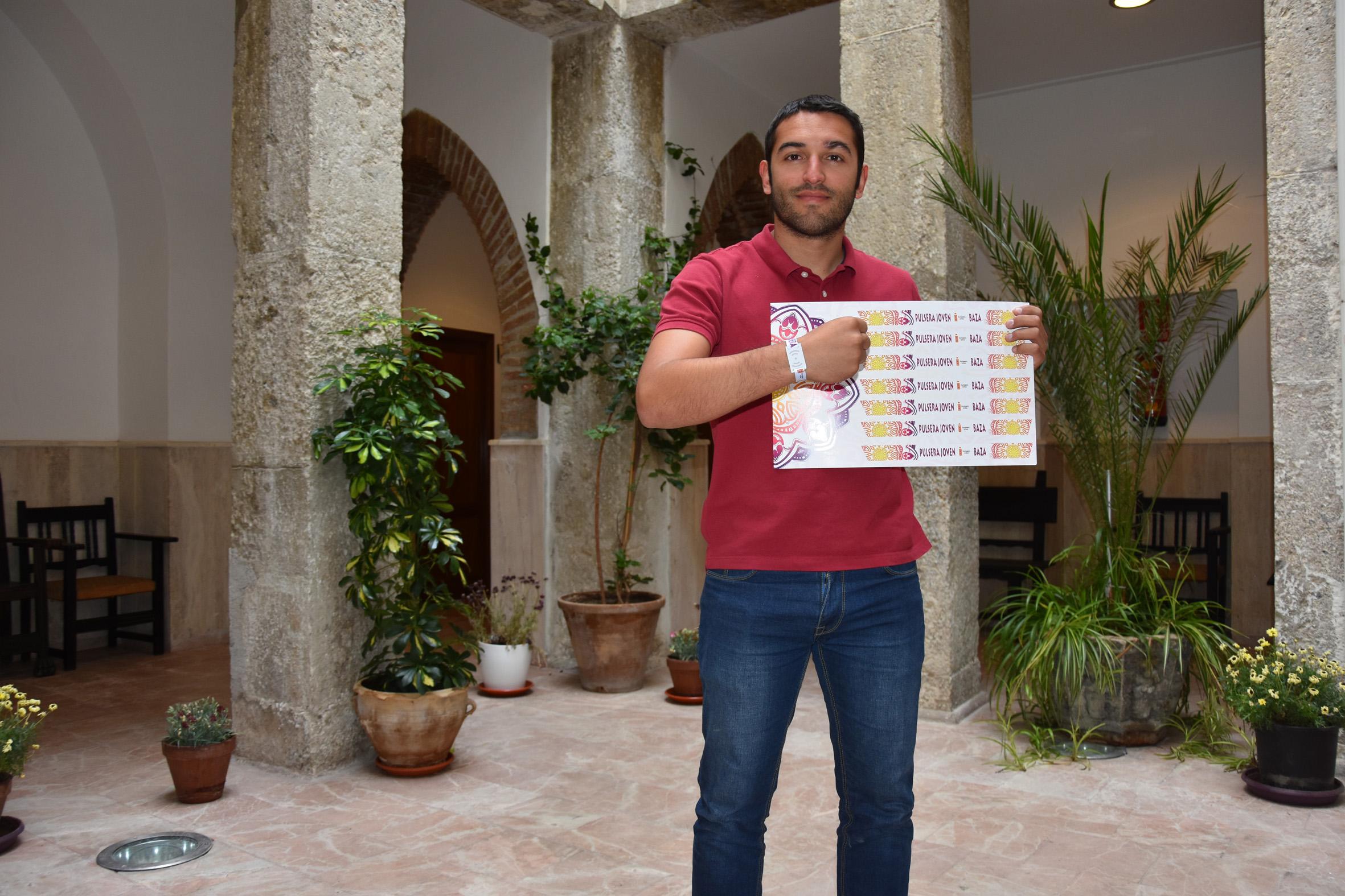 Antonio Vallejo, concejal de Juventud de Baza, muestra la Pulsera Joven