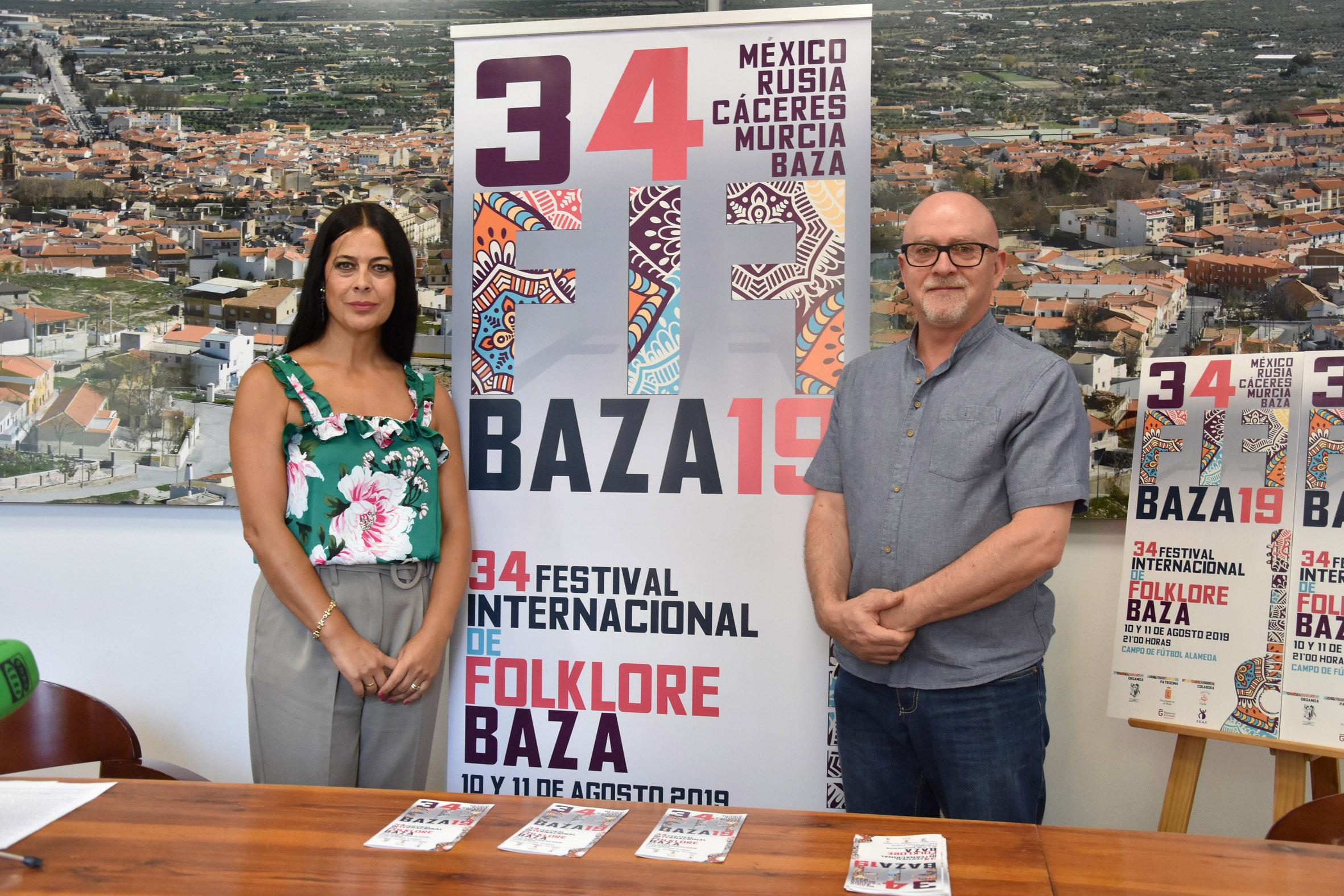Maribel Cano, concejala de Cultura de Baza, y Diego Alonso, director del FIF Baza.