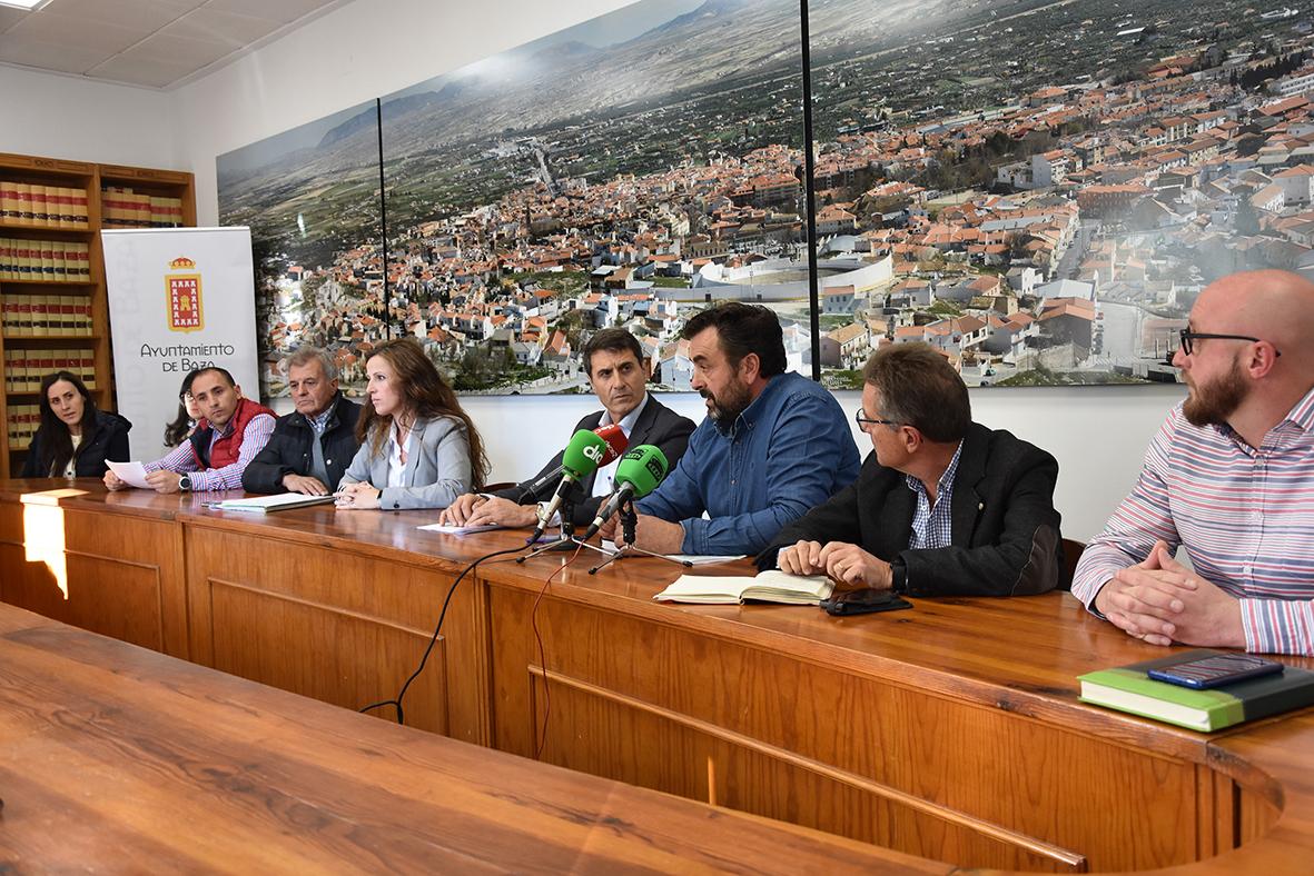 El alcalde de Baza, la alcaldesa de Caniles y agricultores