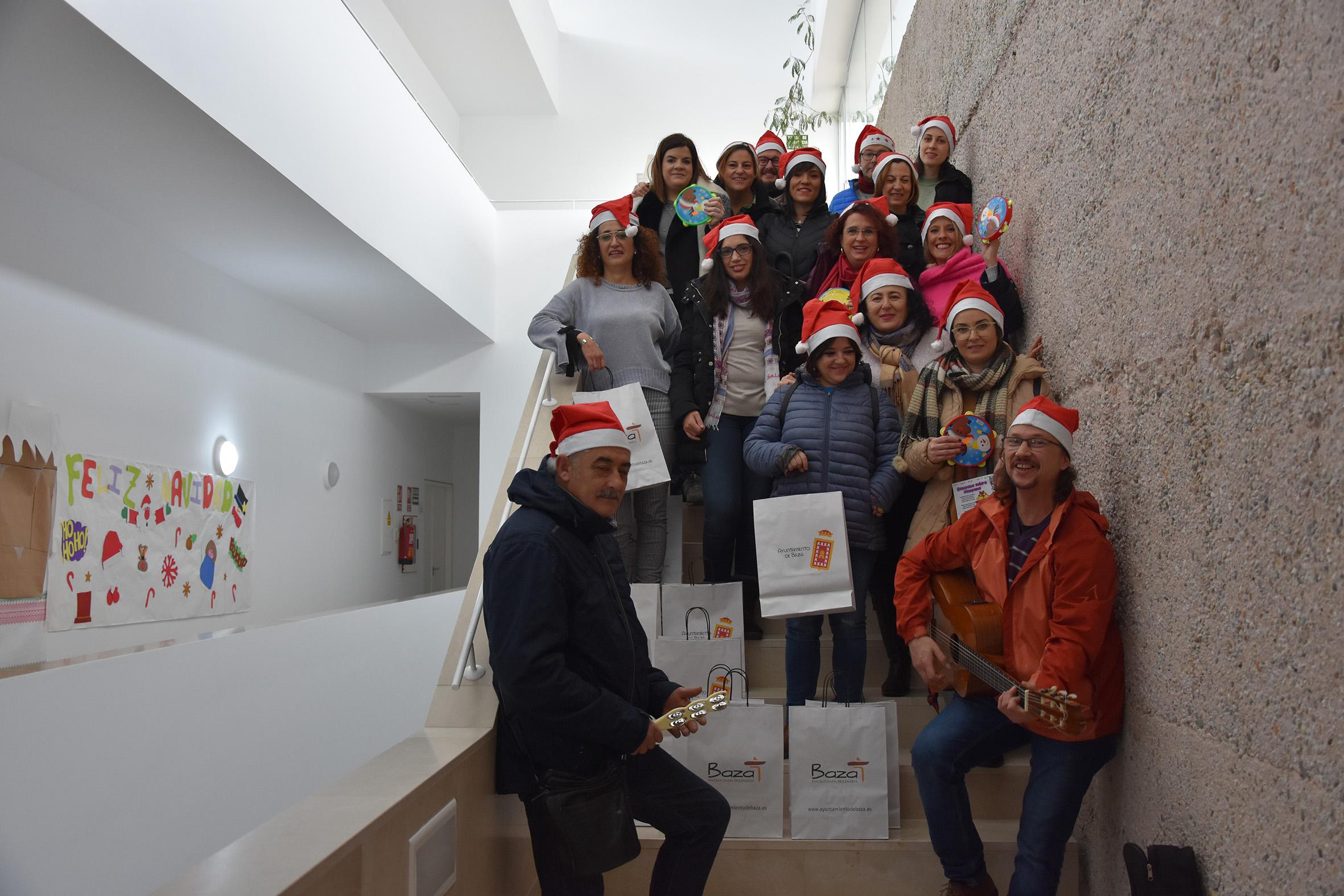 voluntarios del grupo de taller de elaboración de tarjetas navideñas de Baza