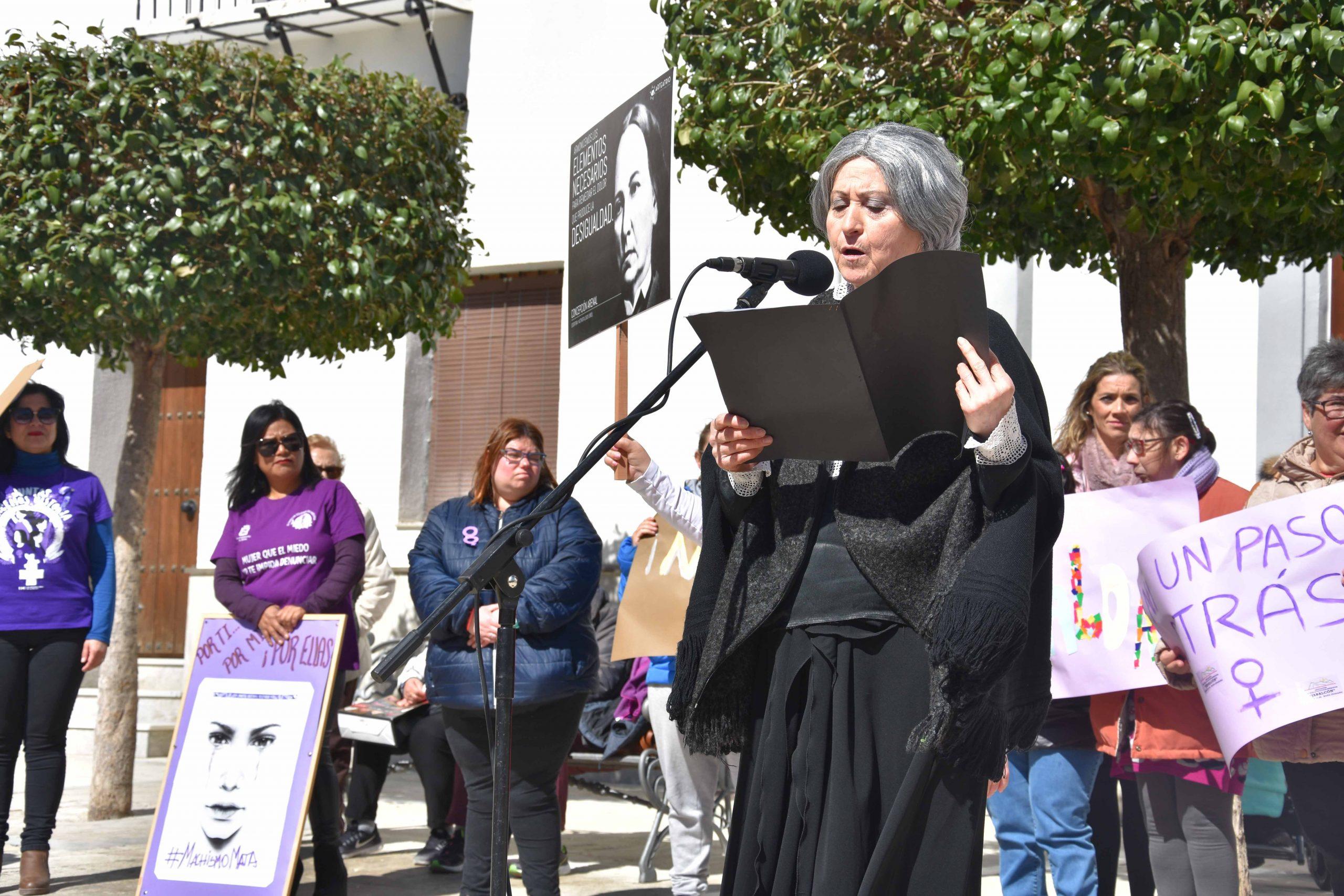 El grupo Arteatrio cerró el acto institucional en defensa de la igualdad en Baza