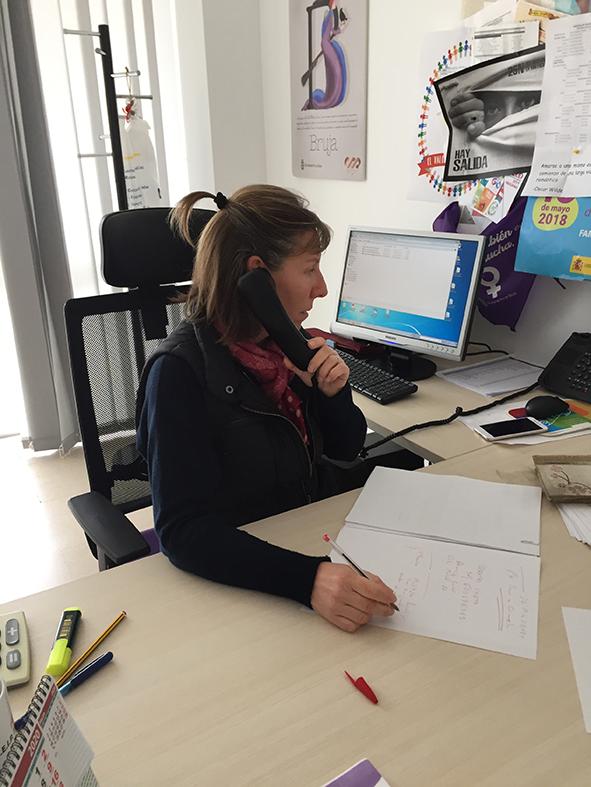 Trabajador del área municipal de Bienestar Social atendiendo a una llamada