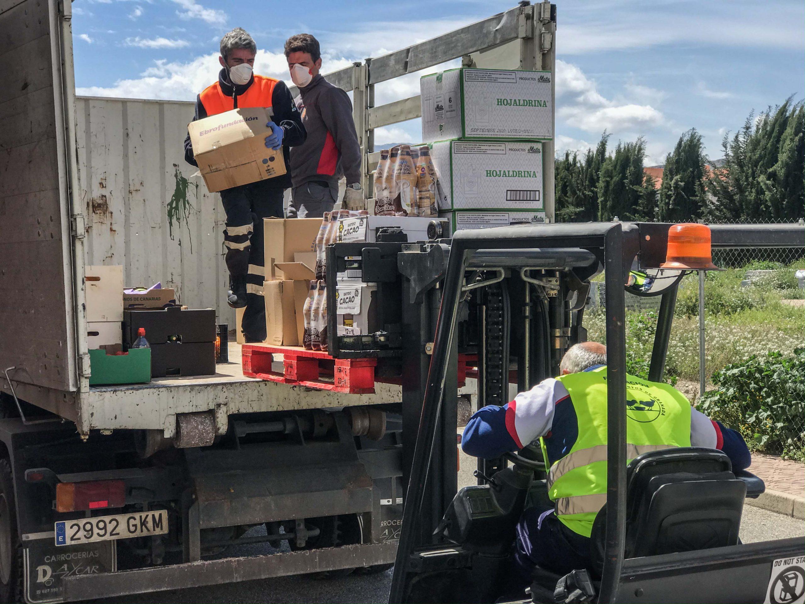 Entrega de alimentos al Banco de Alimentos de la comarca de Baza. Foto Carmelo Mateos
