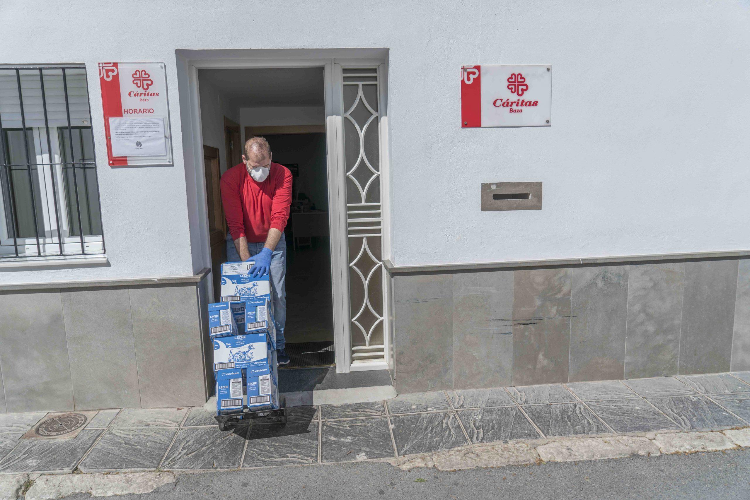 El Ayuntamiento entrega una tonelada de alimentos a Cáritas. Fotos: Carmelo Mateos