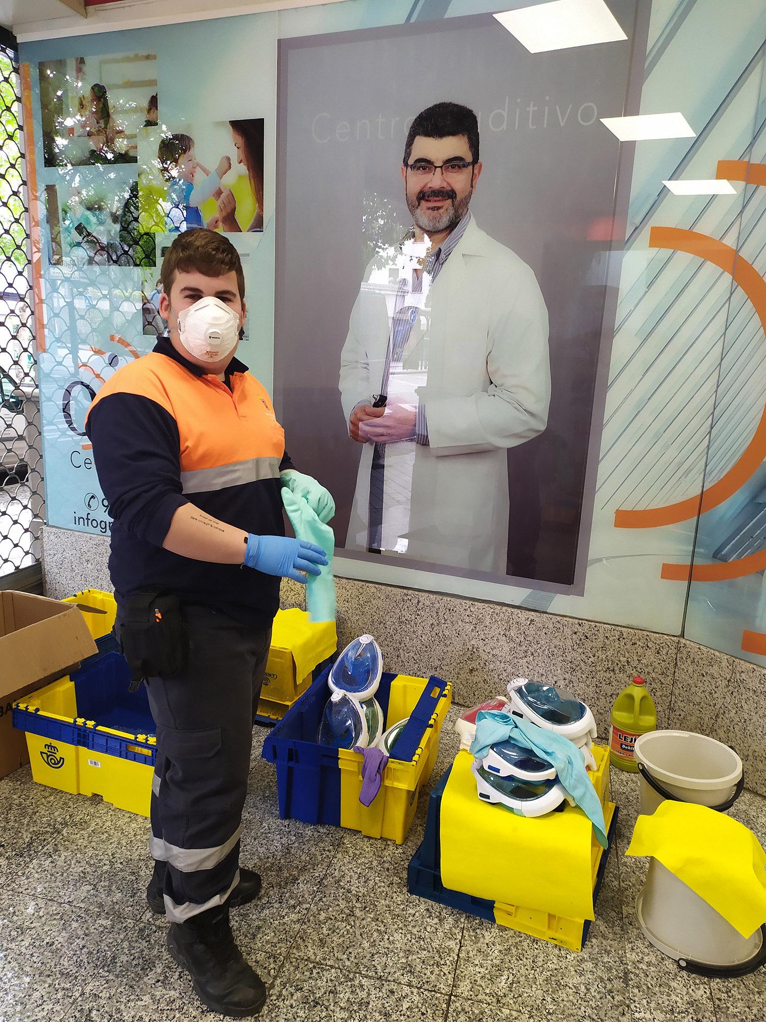 Voluntario de Protección Civil de Baza colaborando en la preparación de máscaras de buceo