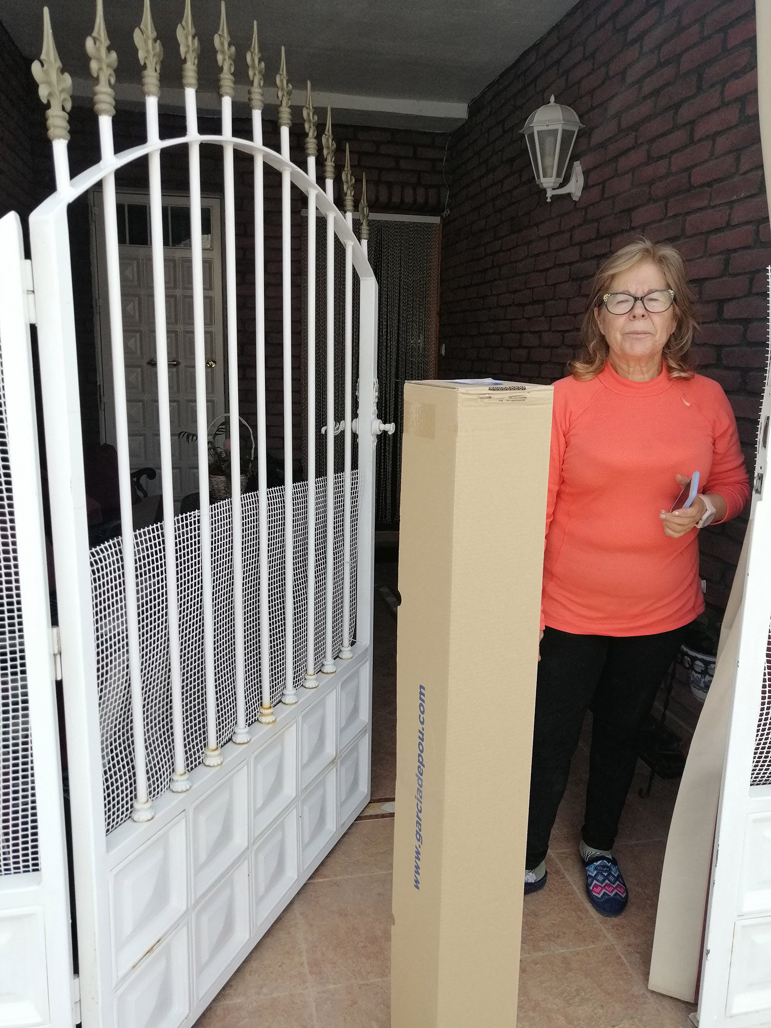 Entrega de material a Mari Carmen Vega para la elaboración de material de protección.