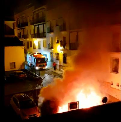 Los bomberos de Baza sofocando el incendio de los vehículos.