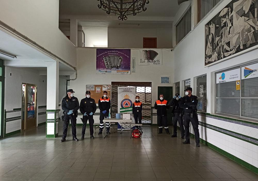 Protección Civil y Policía Local reparten mascarillas a los pasajeros del transporte público