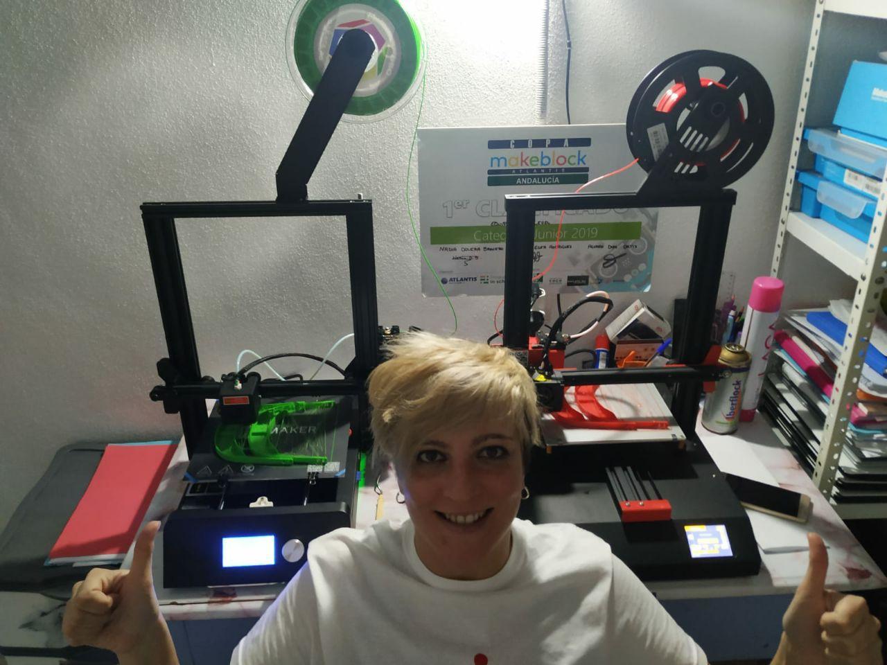 Bastetana fabricando pantallas de protección en su impresora 3D