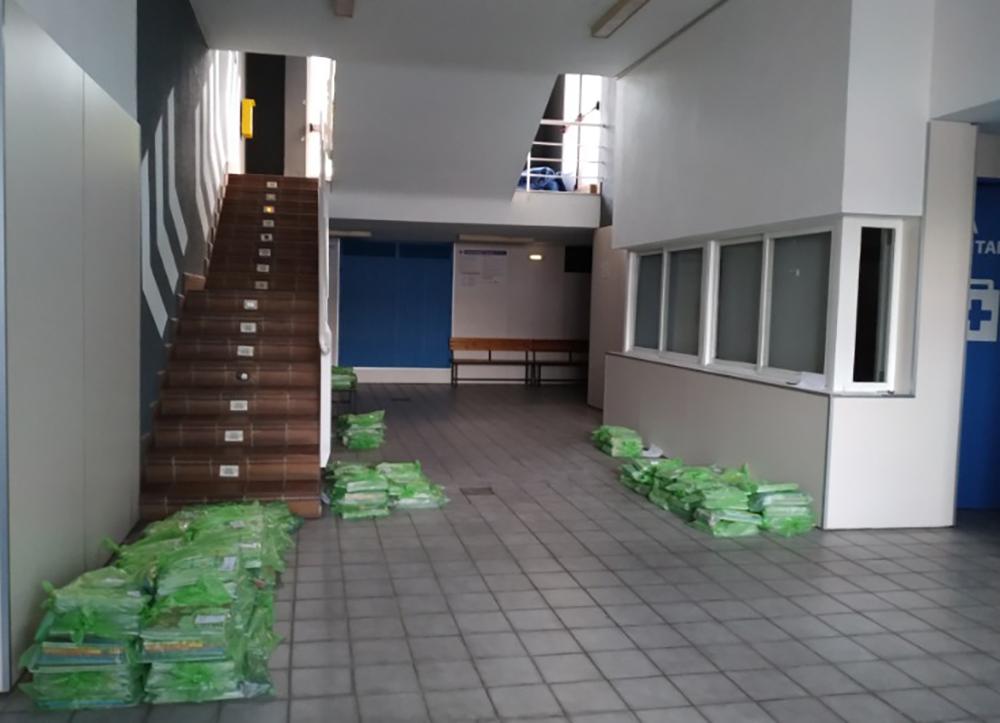 Libros preparados para ser recogidos por el personal municipal para su reparto a los escolares de Baza