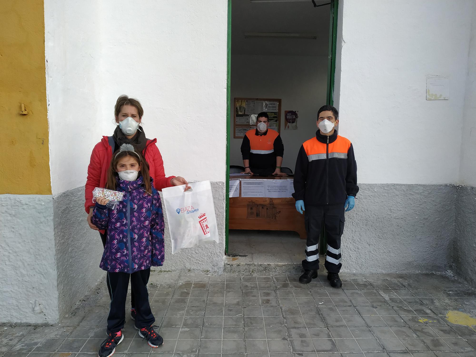 Entrega de mascarillas infantiles en Baza
