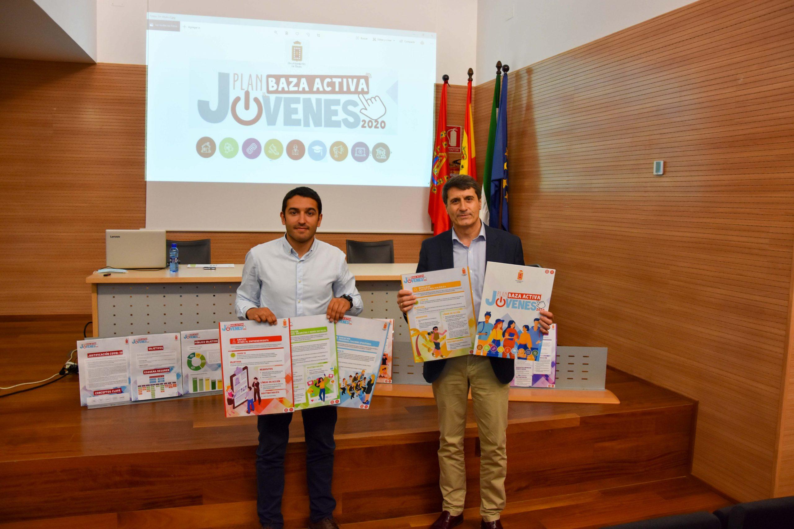 El alcalde de Baza, Pedro Fernández (dcha), y el concejal de Juventud, Antonio Vallejo (izq) presentan el plan