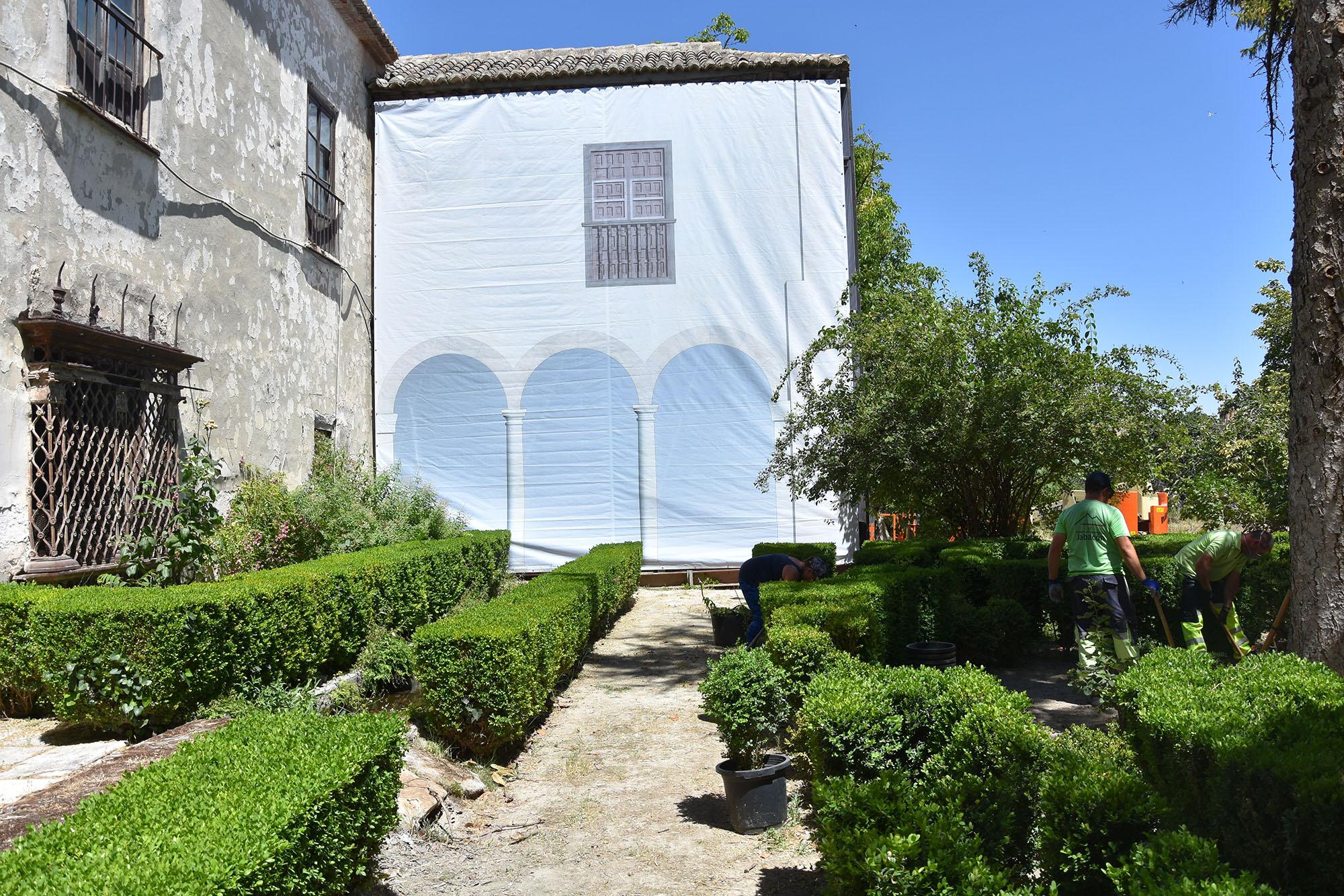 Operaciones de mantenimiento en los jardines del Palacio de los Enríquez