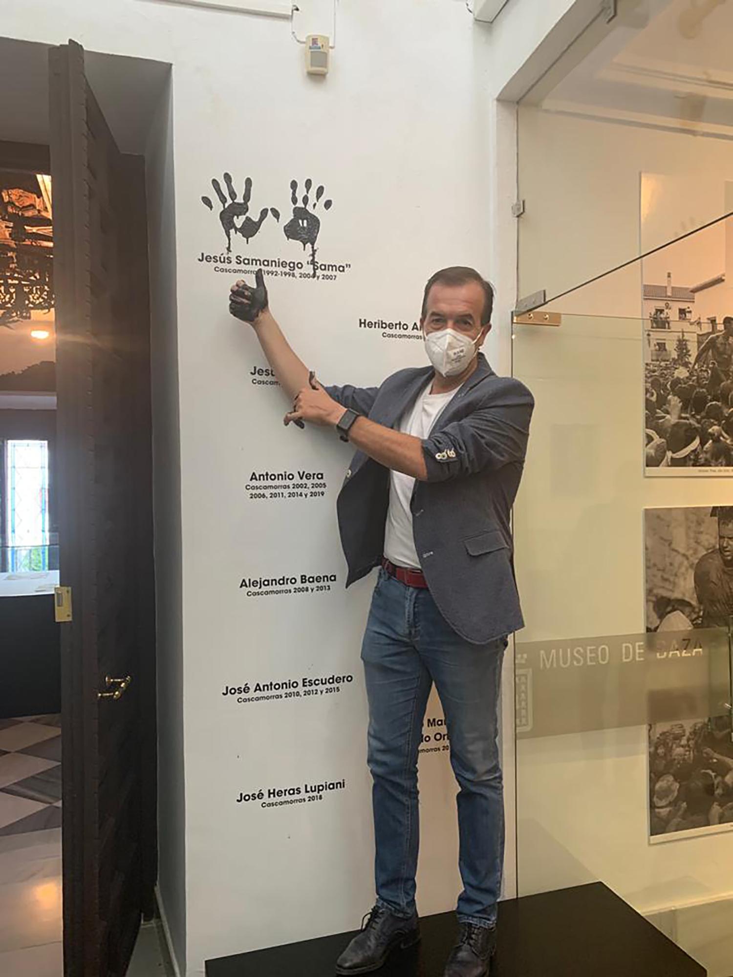 El ex Cascamorras Jesús Samaniego imprime sus manos en la pared del museo