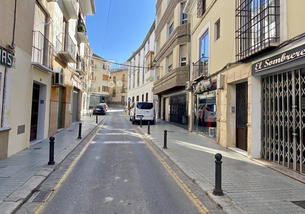 Calle Dolores con comercios cerrados