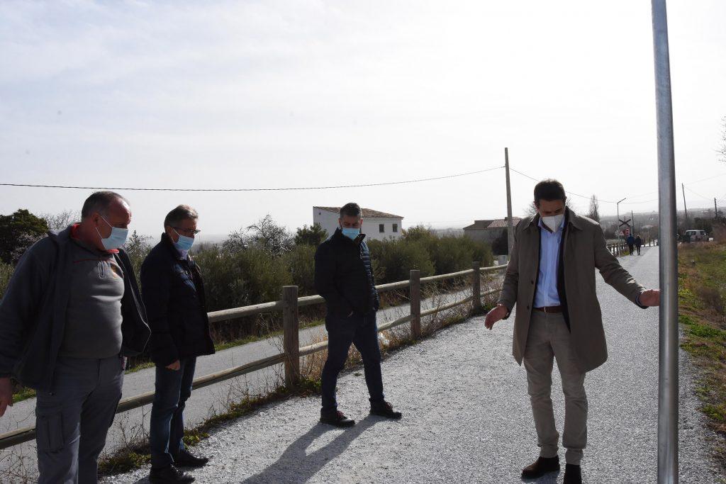 Alcalde y concejales durante la instalación de las farolas